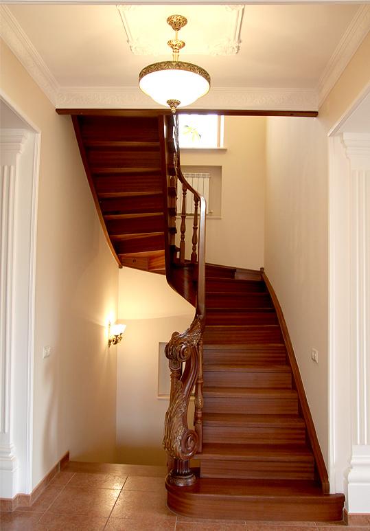 Лестница красного цвета
